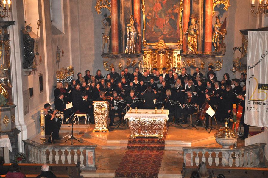 Der weit über 60 Sängerinnen und Sänger starke Chor und das zehnköpfige Orchester boten eindrucksvolle Kirchenmusik. (Fotos: mb)