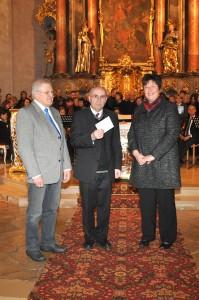 MMC-Obmann Hans Winkler und die Frauenbund-Vorsitzende Elfriede Riepl übergaben jeweils 500 Euro Spende für die Restaurierung des Taufbecken-Deckels sowie des alten Osterleuchters.