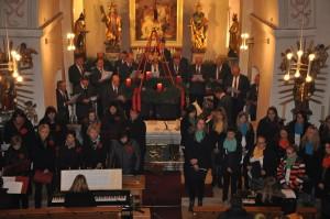 Die Chöre sangen im Altarraum, die Bläser spielten auf der Empore. (Fotos: mb)