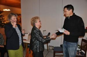 Brigitte Staudigl und Resi Meier bei der Spendenübergabe an Manfred Meierhofer. Foto: mb