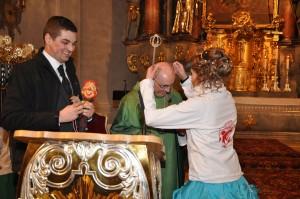 Ihre Lieblichkeit Prinzessin Julia II. überreichte den Jahresorden der Prinzengarde an BGR Pfarrer Georg Dunst. (Fotos: Markus Bauer)