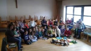 Die Teilnehmer an der Bibelstunde. (Fotos: Ulrike Kranzbühler)