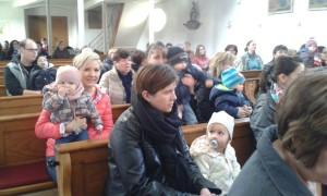 Die Kinder mit ihren Müttern und Vätern bei der Andacht.