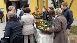 Großer Andrang herrschte am Palmbüschel-Verkaufsstand der Ministranten vor der Pfarrkirche. Foto: Ministranten