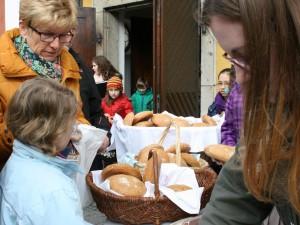 Reißenden Absatz fanden die Steinmühlen-Laiberl nach den Gottesdiensten vor dem Kirchenportal. Fotos: Ingrid Kroboth