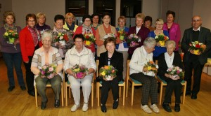 Die bei der Jahreshauptversammlung anwesenden langjährigen Mitglieder des Beratzhausener Zweigverbandes des Katholischen Frauenbundes. (Foto: Ingrid Kroboth)