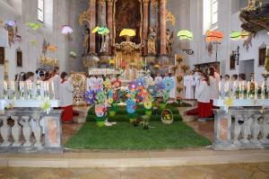 Die Beratzhausener Erstkommunionkinder am prächtig geschmückten Altar. (Foto: Alexandra Höfler, weitere Fotos: Markus Bauer)