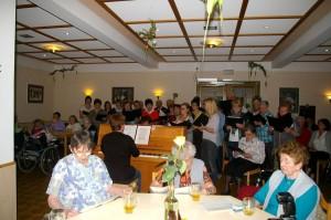 Die Senioren und auch deren Angehörige sangen kräftig bei den Volksliedern mit.