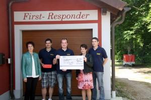 Die Damen des Frauenbundes bei der Spendenübergabe an die Männer der Rechberger Feuerwehr.