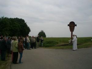 Pfarrer Georg Dunst bei der Segnung des neuen Flurkreuzes. (Foto: Maria Koller)