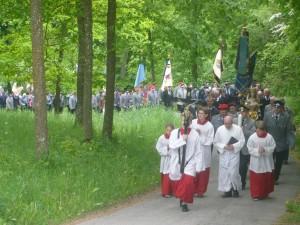 Die Wallfahrtsteilnehmer kurz vor Erreichen der Maria-Hilf-Kirche. (Foto: Josef Liedtke)