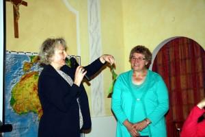 Brigitte Staudigl, Mitglied im Führungsteam des Frauenbundes, bei der Übergabe der Spende an Viktoria Seitz.