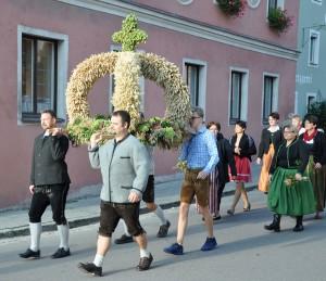Die Mitglieder des Katholischen Theatervereins Holperdinger, welche die Erntekrone beim Kirchenzug vor dem Festgottesdienst trugen.  (Fotos: Markus Bauer)