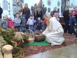 Die Kinder am Erntealtar mit Gemeindeassistentin Katharina Hartl. (Foto: Ulrike Kranzbühler)