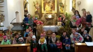 Die Kinder mit den Müttern am Erntealtar.