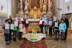 Die Mädchen und Buben mit Gemeindeassistentin Katharina Hartl und Pfarrer Georg Dunst