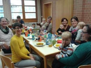 Die Kinder und die Mütter bei ihrem Herbstreffen im Pfarrheim St. Martin.