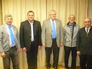Von links nach rechts: Bannerträger Heinrich Eichenseher, Klaus Eichenseer (stellvertretender Obmann), Obmann Hans Winkler, Josef Beer (stellvertretender Obmann), Pfarrpräses Georg Dunst. Foto: Josef Liedtke