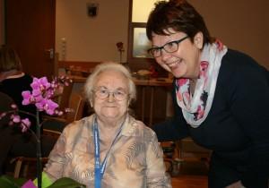 Ihren 90. Geburtstag konnten Gerda Bäumer (Hauptbild) und Resi Rothmeier feiern. Die 2. Vorsitzende Evi Pauthner gratulierte. (Fotos: Ingrid Kroboth)