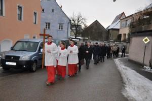 Die Gläubigen bei der Prozession von der Pfarrkirche zur Sebastianskirche. Foto: Markus Bauer