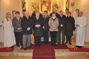 Die beim Gottesdienst anwesenden Jubelpaare mit Gemeindeassistentin Katharina Hartl (links) und Pfarrer Georg Dunst (rechts). Foto: Markus Bauer