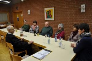 Die Teilnehmer des Gesprächskreises zu aktuellen Fragen mit Pater Josef Steinle im Pfarrheim Oberpfraundorf. Foto: Markus Bauer