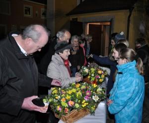 Hier die Ministranten beim Verkauf ihrer Waren nach dem Sonntagsvorabendgottesdienst. Unten Mitglieder des Katholischen Frauenbundes. Fotos: Markus Bauer