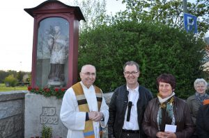Neben der Nepomuk-Figur Pfarrer Georg Dunst, Bürgermeister Konrad Meier und Erna Minkner, die auch den Blumen- und Kerzenschmuck zur Segnung besorgt hatte. Fotos: Markus Bauer