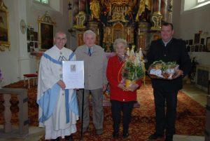Pfarrer Georg Dunst, Georg und Anna Preischl und Pfarrgemeinderatssprecher Klaus Eichenseer. Foto: Markus Bauer