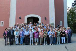 Die Teilnehmerinnen und Teilnehmer der Seniorenfahrt vor der Wallfahrtskirche Habsberg und bei der