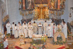 Die Priester und pastoralen Mitarbeiter vor dem Hochaltar in der Pfarrkirche St. Peter und Paul. Fotos: Markus Bauer