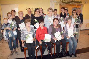 Die neuen und geehrten Mitglieder des KDFB Pfraundorf. Im kleinen Bild separat die anwesenden geehrten Damen. Fotos: Bernhard Götz
